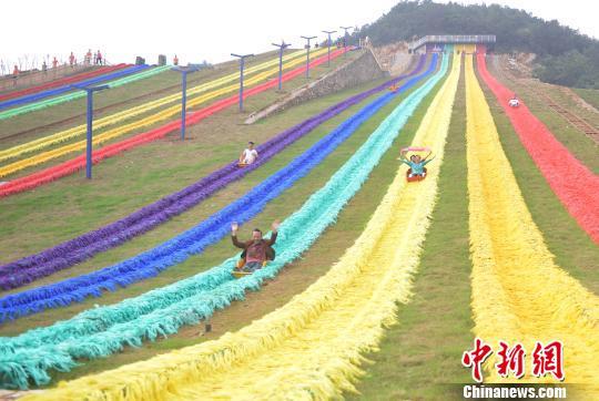 图为彩色滑草场吸引不少游客前来玩耍。 陈超 摄