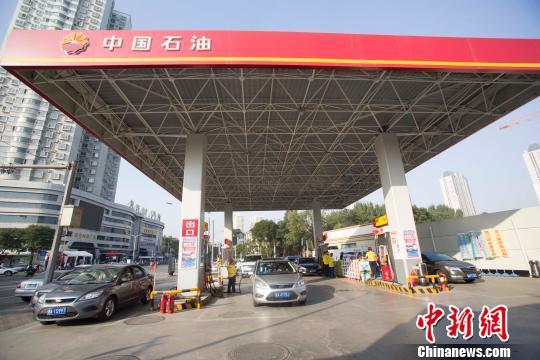 资料图:车辆在加油站加油。 张云 摄