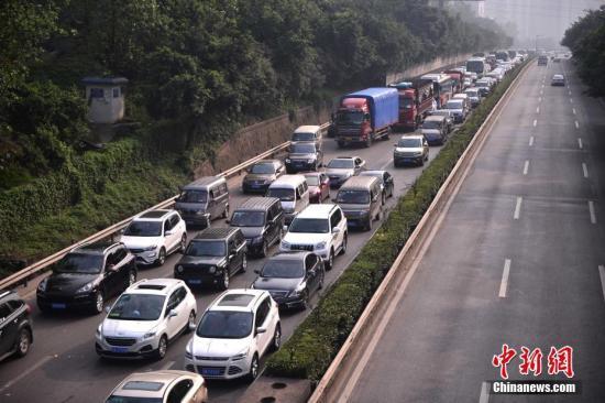 10月1日,国庆长假首日,重庆不少出城路段迎来出行高峰。陈超 摄