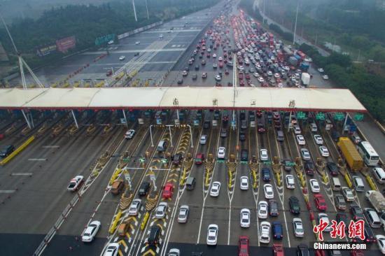 10月1日,大批车辆缓慢经过南京长江二桥高速公路收费站。当日是中国国庆长假首日,大批市民或探亲访友或出游,多地出现出行高峰。<a target='_blank' href='http://www.chinanews.com/'>中新社</a>记者 泱波 摄