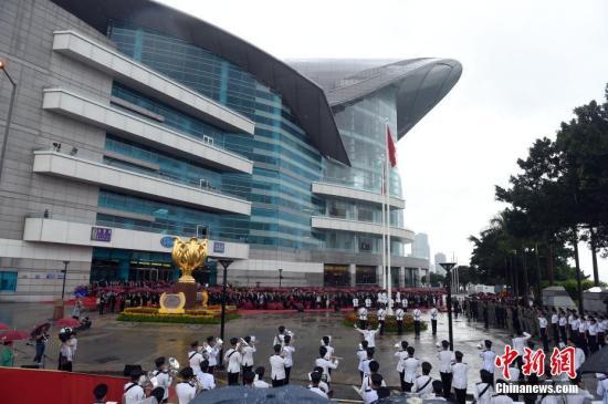 10月1日,香港特区政府在金紫荆广场举行升旗仪式,庆祝中华人民共和国成立六十七周年。<a target='_blank' href='http://www.chinanews.com/'>中新社</a>记者 张宇 摄