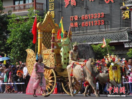 缅甸蒲甘地区的表演者在牛车上向民众挥手。。<a target='_blank' href='http://www-chinanews-com.spuddyapp.com/'>中新社</a>记者 崔汶 摄