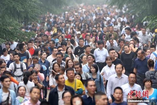 10月2日,大批游客进入南京中山陵参观。<a target='_blank' href='http://www.chinanews.com/'>中新社</a>记者 泱波 摄