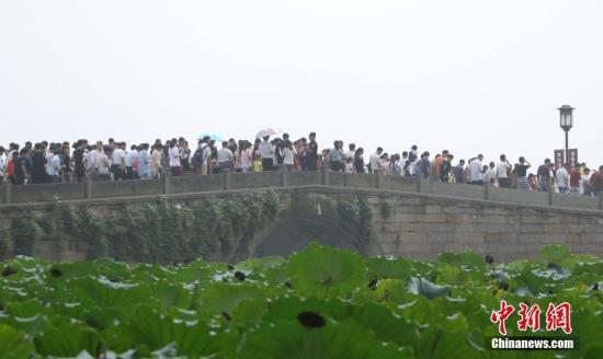 10月1日,杭州西湖断桥游人如织。<a target='_blank' href='http://www.chinanews.com/'>中新社</a>记者 王刚 摄