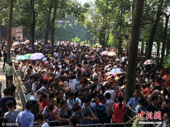 """10月2日,国庆长假第二日,四川乐山的气温骤升到30度。大佛景区游客排队的热情明显高于气温数倍,到处都是""""人从众""""!谭曦 摄 图片来源:CFP视觉中国"""