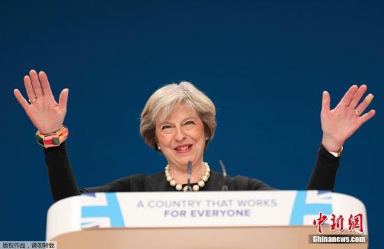 当地时间10月2日,英国伯明翰,英国执政党保守党年会在中部城市伯明翰开幕。英国首相特雷莎?梅宣布英国将在明年3月底之前启动正式脱离欧盟的程序。