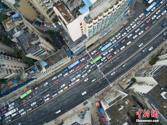 航拍路段堵车情况。 <a target='_blank' href='http://www.chinanews.com/'>中新社</a>记者 贺俊怡 摄