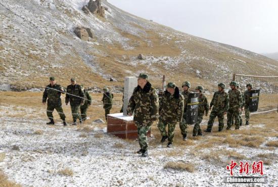 """近日,上海合作组织中吉主管边防部门""""团结-2016""""联合执法行动在新疆边防总队克州边防支队启动,中吉边防部门决定从10月3日至18日,在双方边境地区和口岸区域的5个方向,不过境开展联合执法行动。行动内容涵盖应对传统和非传统安全威胁等多个领域,加强基础工作,开展边境巡逻等多个方面,对稳固双方边境安全稳定、加强双方合作交流、提升联合应对边境安全威胁的能力和水平等方面,具有十分重要的意义。 吴明贤 摄"""