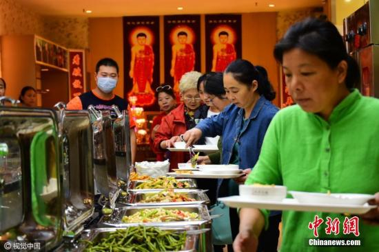 资料图片,自助餐厅。李四信 摄 图片来源:CFP视觉中国