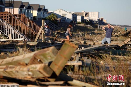 """美国总统奥巴马9日发表讲话称,飓风""""马修""""给受灾地区造成严重破坏。他表示,受风灾影响的民众将获得援助。图为10月9日,南卡罗来纳州的海滩一片狼藉。"""