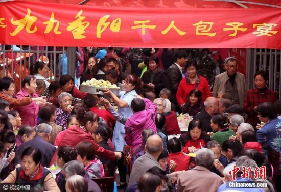 资料图:2016年10月09日,西安一社区庆重阳,办千人包子宴。