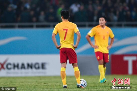 2016年10月11日,乌兹别克斯坦塔什干,2018世预赛亚洲区12强赛,全场战罢,中国男足客场0-2不敌乌兹别克斯坦。图为失落的中国队员。 图片来源:视觉中国