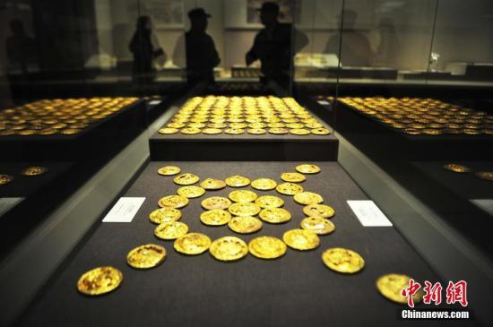 10月11日,《惊世大发现——南昌汉代海昏侯国出土成果展》在江西省博物馆正式对外开放,922件海昏侯墓出土的精美文物将长期面向公众展出。这是海昏侯墓园出土文物继去年在江西省博物馆和今年北京首都博物馆展览后,第三次面向社会公众展出。此次展览规模最大、展示内容最全、入选展品最多。图为西汉海昏侯墓出土的金饼。刘占昆 摄