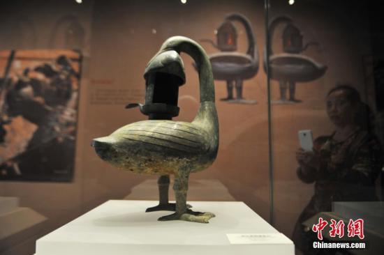 10月11日,《惊世大发现——南昌汉代海昏侯国出土成果展》在江西省博物馆正式对外开放,922件海昏侯墓出土的精美文物将长期面向公众展出。这是海昏侯墓园出土文物继去年在江西省博物馆和今年北京首都博物馆展览后,第三次面向社会公众展出。此次展览规模最大、展示内容最全、入选展品最多。图为展出的西汉青铜雁鱼灯。刘占昆 摄