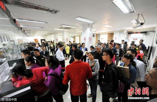 资料图:市民排队办理购房证明。图片来源:视觉中国