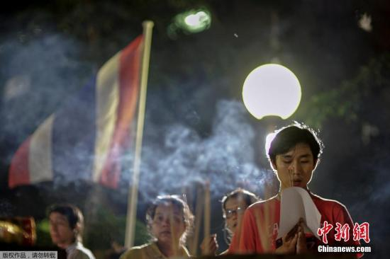 当地时间2016年10月12日,泰国曼谷,民众为泰国国王普密蓬祷告。