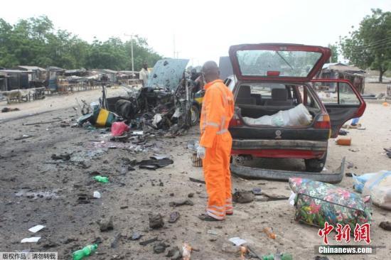 """当地时间10月12日,在尼日利亚东北部博尔诺州,一名女性自杀式袭击者在出租车上引爆炸药,造成至少8人死亡。尼日利亚国家应急管理机构在一份声明中表示,""""8人丧生,15名受伤人员被送往医院。""""博尔诺州警方称,该女性袭击者在爆炸中身亡。据美联社此前报道,有6人在爆炸中身亡,一人在医院不治身亡,至少有4人受伤。爆炸是在出租车走近一个加油站时发生的。"""