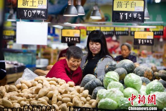 资料图:山西太原,民众在超市选购蔬菜。 张云 摄