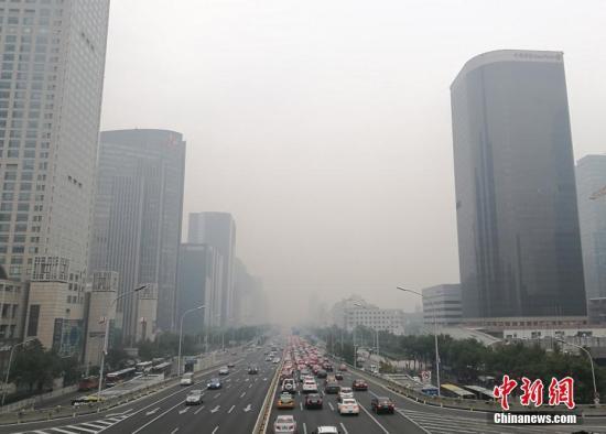 资料图:北京市城区遭遇雾霾,污染加重。<a target='_blank' href='http://www-chinanews-com.qhdkxds.com/'>中新社</a>记者 杨可佳 摄