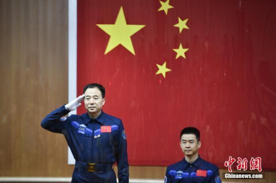 资料图:2016年10月16日,航天员景海鹏和陈冬在问天阁接受中外记者的采访。付毅飞 摄