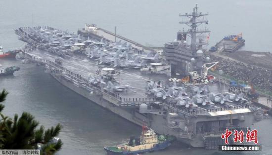 """当地时间10月16日,美国尼米兹级核动力航空母舰""""罗纳德-里根号""""(CVN-76)驶入韩国海军釜山基地。该航空母舰从10月10日至15日参加韩美""""2016年度不屈意志""""联合军事演习。尼米兹级核航母""""里根号""""舰长333米,排水量10.2万吨,甲板面积1800平方米,相当于3个足球场,可容纳80多架飞机。"""