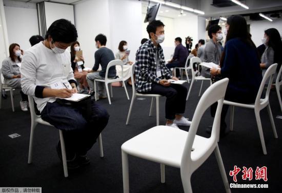 """当地时间10月16日,日本东京举行""""口罩速配""""相亲活动。相亲大会近年来成为一些日本人寻找结婚对象的重要渠道。最近,又开始流行带着口罩参加相亲大会,这是因为很多人希望对方重视自己的性格而非外表。"""