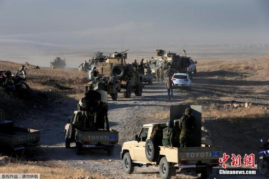 """材料图:本地时刻10月17日,伊拉克摩苏尔,库尔德装备""""自在斗士""""在美军战士的辅导下运用无人机,预备冲击""""伊斯兰国""""目的。本地时刻10月17日清晨,伊拉克总理阿巴迪经过国度电视台揭晓电视发言,宣告光复伊第二多数会摩苏尔的战斗正式开端。"""
