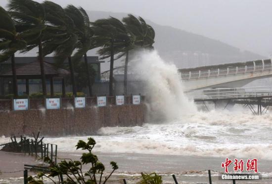 """资料图:2016年10月18日,台风""""莎莉嘉""""在海南登陆。登陆后的""""莎莉嘉""""在三亚掀起巨浪。<a target='_blank' href='http://www.chinanews.com/'>中新社</a>记者 尹海明 摄"""