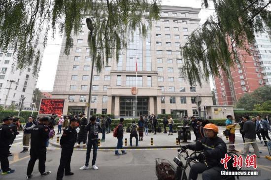10月18日,王宝强起诉马蓉离婚及马蓉起诉王宝强名誉侵权两个案件将相继在朝阳法院开庭审理。两起案件王宝强本人都将亲自出庭。图为庭审开始前,大量记者在北京朝阳法院外等候王宝强。记者 金硕 摄