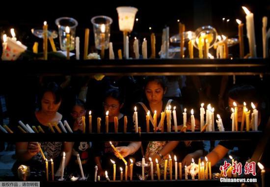 资料图:当地时间10月19日,泰国Song Khanong民众在Lat Pho公园举办烛光集会,悼念已逝国王普密蓬。