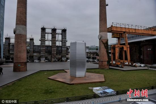 7米高的雾霾净化塔是世界上最大的空气净化器,它通过产生洁净空气为市民提供免费的清新空气体验。雾霾净化塔使用小量的绿色能源和专利的无臭氧离子技术,每小时能够净化3万立方米的空气。 文字来源:人民网 图片来源:视觉中国