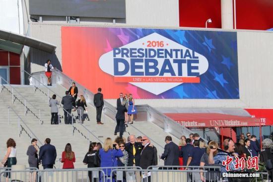 当地时间10月19日,美国内华达大学拉斯维加斯分校,代表等候进入总统候选人第三场辩论会场。当地时间21时,民主党总统候选人希拉里・克林顿和共和党总统候选人唐纳德・特朗普在这里进行最后一次辩论。11月8日,选民将投票选举产生新一届总统。 <a target='_blank' href='http://www.chinanews.com/'>中新社</a>记者 刘丹 摄