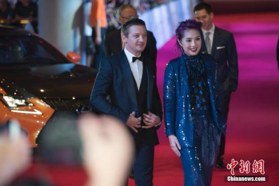资料图为美国好莱坞明星杰瑞米·雷纳与香港艺人杨千嬅亮相红毯。中新社记者 骆云飞 摄
