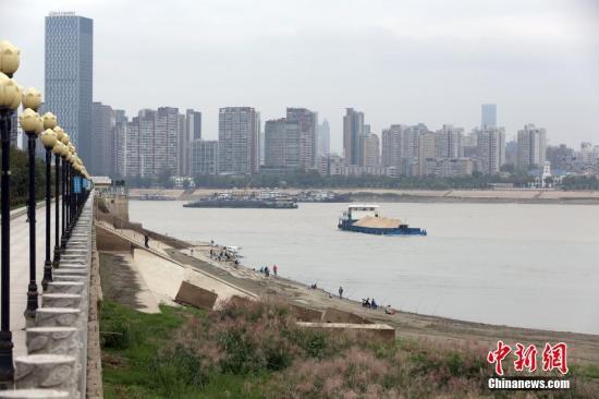 资料图:武汉汉江边 中新社记者 张畅 摄