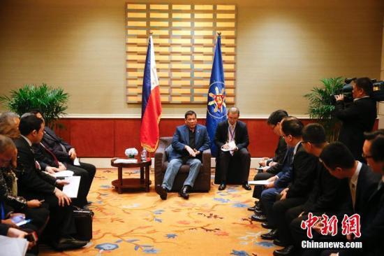 资料图:2016年10月21日,菲律宾总统杜特尔特会见中国企业家,会见后,杜特尔特出席并见证中菲企业间签署相关合作协议。<a target='_blank' href='http://www.chinanews.com/'>中新社</a>记者 杜洋 摄