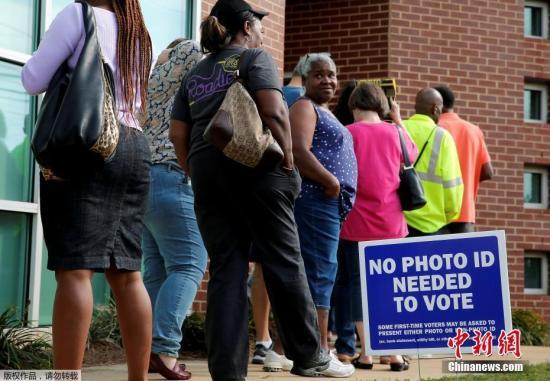 资料图 当地时间10月20日,美国北卡罗来纳州开启大选提前投票,当地民众排队前往投票站投票。