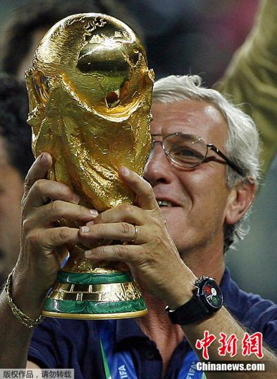 2006年夏天,里皮率领意大利国家队在世界杯决赛中击败法国,意大利人如愿捧起大力神杯。在时隔24年后,蓝衣军团重新站上世界之巅。对于这份久违的荣耀,里皮功不可没。图为2006年7月9日,意大利在世界杯决赛中战胜法国,里皮手捧大力神杯庆祝。
