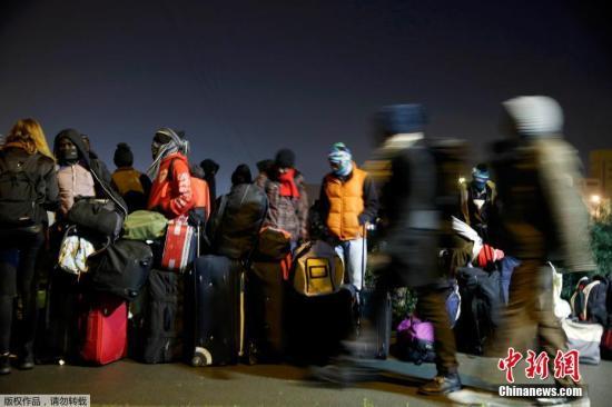 """本地时刻10月24日,移民列队乘坐巴士分开位于法国加莱的""""森林""""营地返回欢迎核心。法国政府当天开端将数千人从该营地搬运进来,并预备撤除这处不法移民偷渡英国的""""大本营""""。"""
