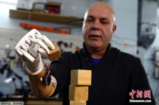 厉害了!3D打印机械手会打手语 能帮助聋哑人沟通