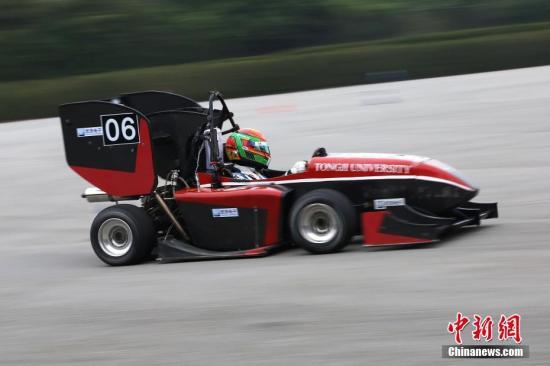 资料图:董荷斌驾驶由学生自主研发的冠军赛车。中新社记者 张亨伟 摄