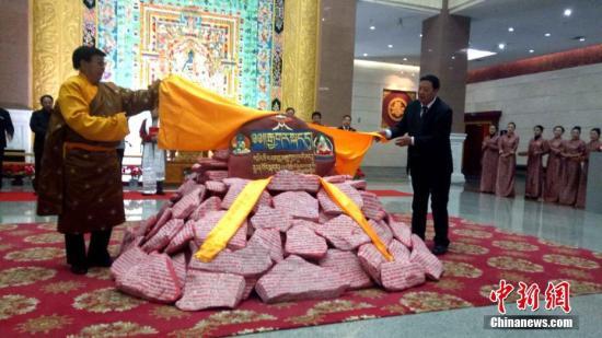 10月26日,历时3年、总重5吨的石刻版《四部医典》在青海藏文化博物院向世人揭开神秘的面纱。据悉,在石头上雕刻《四部医典》在藏文化史、藏医学史上尚属首例。石刻采用传统藏族石刻技艺,选用青海玉树珍稀石材,由四位技艺精湛的藏族石刻艺术家历时三年制作完成。石刻由578件石块组成,总重量达5吨。图为石刻版《四部医典》在青海藏文化博物院亮相。<a target='_blank' href='http://www.chinanews.com/'>中新社</a>记者 张海雯 摄