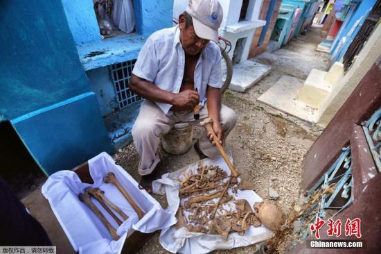 资料图:当地时间2016年10月23日,墨西哥Pomuch,民众清理亲人骸骨,迎接亡灵节。