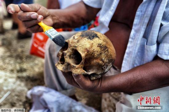 资料图:当地时间2016年10月23日,墨西哥民众前往墓地,清理亲人骸骨,以迎接亡灵节到来。