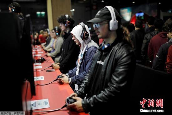 资料图:玩家在某游戏展现场体验参展游戏。