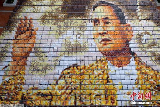 当地时间10月28日,泰国曼谷约1250名学生组成已逝泰国国王普密蓬的画像,缅怀先王。