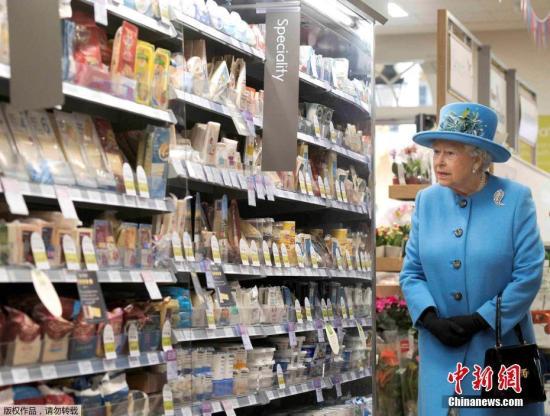 材料图:英国女王伊丽莎黑两世观光一家超市。