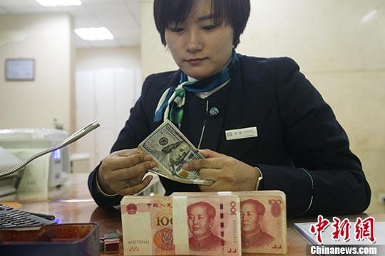 10月31日,山西太原,一名银行工作人员清点货币。 中新社记者 张云 摄