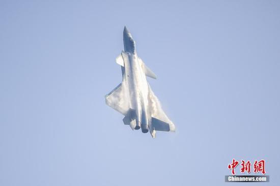 2016年11月1日,由中国自主研制的新一代隐身战斗机歼-20在第十一届中国国际航空航天博览会进行了飞行展示。这是歼-20首次公开亮相。 中新社记者 陈骥�F 摄