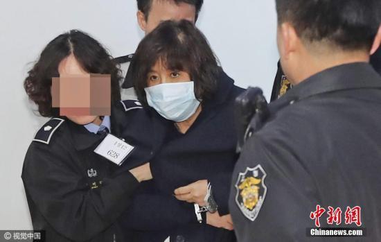 """原料图:韩国检方危险逮捕正在批准调查的""""知己干政""""事件涉案人物崔顺实。"""
