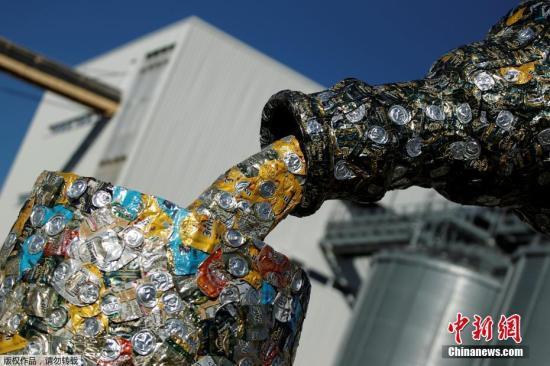 当地时间2016年10月31日,黑山尼科希奇,艺术家Marko Petrovic Njegos在Trebjesa啤酒厂建立一座5米高的雕塑。雕塑由空啤酒罐组成,展现酒瓶与酒杯。